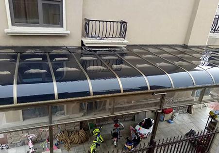 侧封式露台遮阳雨棚